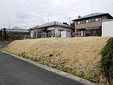 松山団地内の閑静な住宅地です。