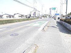 前面道路幅員は約8mですので、お車の操作も安全です。