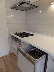 3口コンロで同時調理可能です。食洗機は家事の負担軽減だけでなく、節水効果もありますよ。