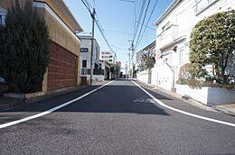 敷地北側は幅約4mの道路に面しています。