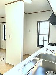 キッチン対面には冷蔵庫スペースもしっかり取れております。