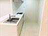 リビングにいる方と会話をしながらお料理が出来る対面式カウンターキッチン。水栓は浄水器一体型となっておりますので、水道との切り替えが可能となっております。