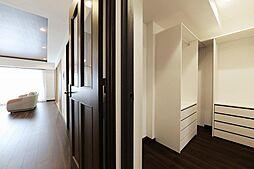 ウォークインクローゼットは廊下からもアクセス可能