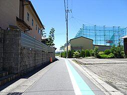 前面道路幅約3mですが、間口約8mあるので安心です。(2018年6月13日撮影)