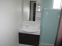西側世帯洗面です。西側世帯の洗面スペースは2階です。朝起きてすぐに身支度ができちゃいます。現地(2018年4月)撮影