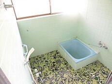 リフォーム前写真浴室はハウステック製のユニットバスに新品交換します。1坪タイプなので足を伸ばして浴槽につかれます。1日の疲れをゆっくり癒してくださいね。
