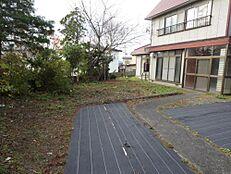 リフォーム中。庭部分の写真です。大きな木は撤去し、砕石敷き込み、3台分の駐車スペースを確保します。