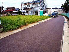 北西側の前面道路は幅員約3.5mになります。