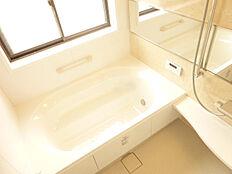 浴室はLIXIL製の新品1.25坪のものを設置しました。足をのばしてゆったりできますね。