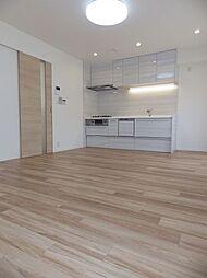 3階LDKは約13.5帖あります。ナチュラルカラーのフローリングに替えて、明るいお部屋になりました。
