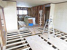 リフォーム中。1階17帖LDK。現在床の下地を作っております。これからフローリング張り、天井と壁クロス貼替えを行います。