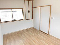 リフォーム済み。2階西側洋室です。天井、壁のクロスを張り替え、床はクッションフロアーに張り替えました。南向きで陽当たり良好です。