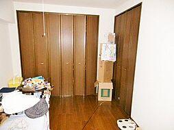 ウォークインクローゼット付きの約8.3帖の広々とした洋室です。