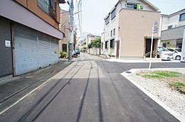 碁盤の目に整備された道路が整然とした街並みを引き立てます。一方通行が多い立地は、ご家族が安心して暮らせ、お子様も安全にもつながる嬉しい環境です。
