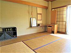 和室:6畳の和室です。オーナー様はこちらをマスターベッドルームとして使用されていたみたいです。