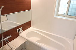 とてもきれいな浴室です。窓もあります。