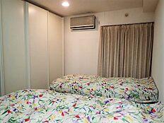 洋室:約8.6帖の寝室部分です。左手の収納は備え付けとなっています。