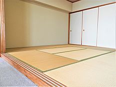 こちらはリビングに併設された和室のようすです。8畳の広さがあり、こちらもきれいな状態です。