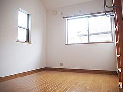 2面採光。明るい洋室。全居室5.5帖以上でベッドを置いても広々。