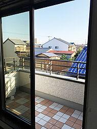 「洋室:2階東側(3)」広めのバルカニーからは辺りが見渡せます。
