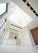 過ごす時間そのものが愉しみとなる上質な空間を演出。優雅なひと時を演出する天井の広々とした空間は、思わず寝ころんでしまいますね。建物プラン例/建物価格1755万円、建物面積89.26m2
