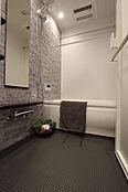 石目柄のパネルが印象的なバスルーム。暖房や洗濯物の乾燥、涼風など快適に過ごせる浴室換気乾燥機が標準搭載です