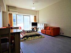 こちらが洋室です。大きな窓からは陽ざしがたくさん入り込む明るい印象のお部屋となっております。