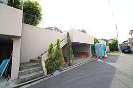 閑静な住宅街、近くには大きな公園もあります。