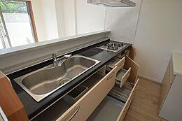 機能が充実のカウンター式対面キッチンで、リビングが広く見渡せます。