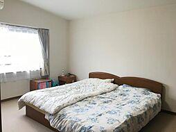 主寝室はベッドを二つ置いてもゆったり使える広さです
