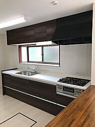 新規交換済み、木目調のモダンなシステムキッチン。カウンターもついており、配膳も楽に行って頂けます。(1)