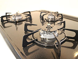 同施工写真キッチンコンロリフォーム後のキッチンコンロです。新品のキッチンは3口タイプのコンロに交換予定なので、料理を普段される方は嬉しいですね。