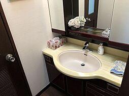 洗面台には、くもり止めヒーターがついていておりお風呂上りすぐにでも鏡が見やすいですね