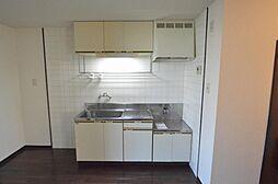 上下に収納があり釣り棚も便利なキッチン。