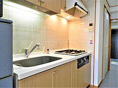 リビングの手前にあるキッチンのようすです。こちらもあまり使用感はなく、きれな状態です。