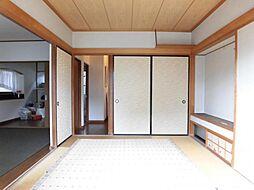 リフォーム前写真1階和室です。ちょっと寝転がりたいときや、家事の合間の休憩のとき、リビングと繋がった畳があると快適ですね。