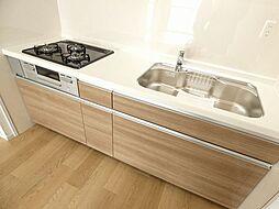 キッチンは3口コンロ、作業スペースも広く料理がしやすいです