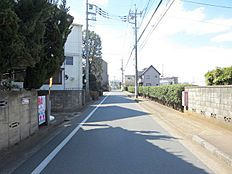 車通りの少ない前面道路。