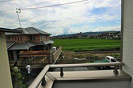 バルコニーからの眺望です。陽当たり・通風ともに良好です。