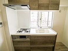 キッチン前に窓があるので調理臭を気にせずしっかり換気できます
