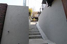 現地まで階段がありますが、高台につき日当たり良好