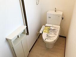 「トイレ:1・2階」新品交換済み。ペーパーホルダーの下に収納もございます。