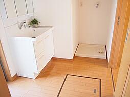 洗面室はゆったりとしているので、着替えも楽々。