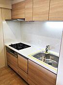 食洗機搭載、3口ガスコンロ、ワイドシンクのシステムキッチン