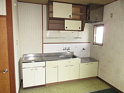 現在は少し収納が少ないキッチン。リフォームして使いやすくするのもいいですね。
