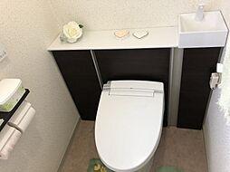ウォシュレット付きのトイレで後ろに棚が付いています
