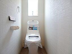 トイレ建築施工例すっきりお掃除しやすく、手洗いしやすいフォルムです。手元のボタンも押しやすさを追求した形。