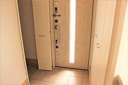 玄関は右にも左にも収納があるので常に玄関はスッキリ