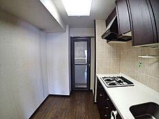 キッチンスペースです。ガスシステムキッチンで食器棚も置ける広さとなっています。