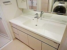 洗面化粧台です。清潔感が印象的な空間ですね。